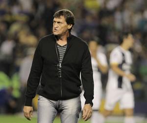 Angelici no descarta renovar el contrato a Falcioni