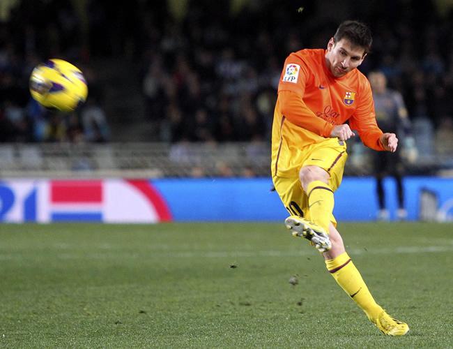 El argentino Lionel Messi cobra un tiro libre. Foto: EFE