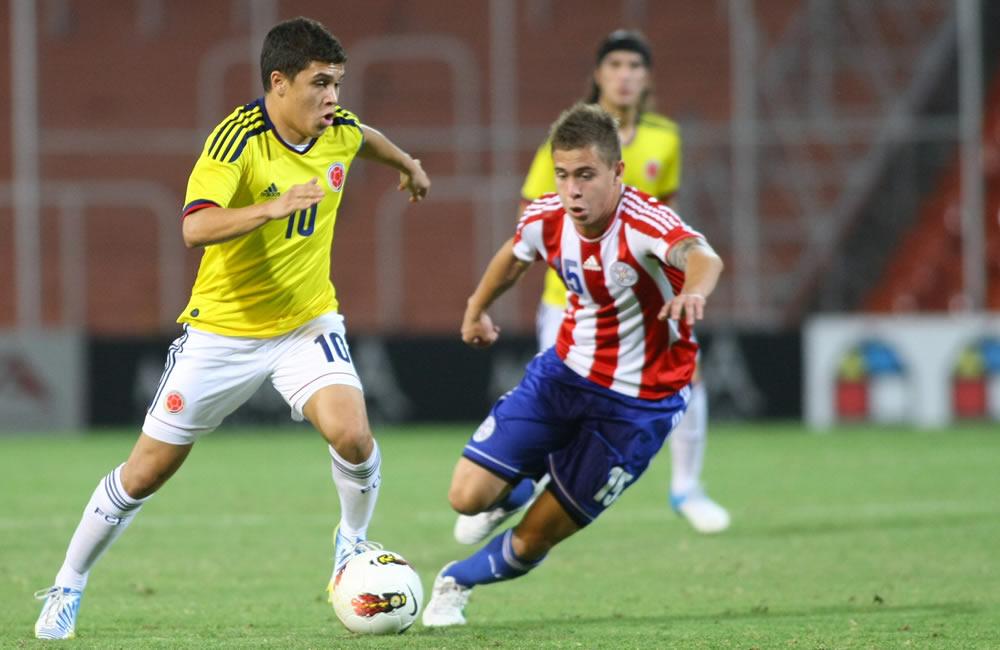 Juan Fernando Quintero, de Colombia, disputa el balón con Robert Piris de Paraguay. Foto: EFE