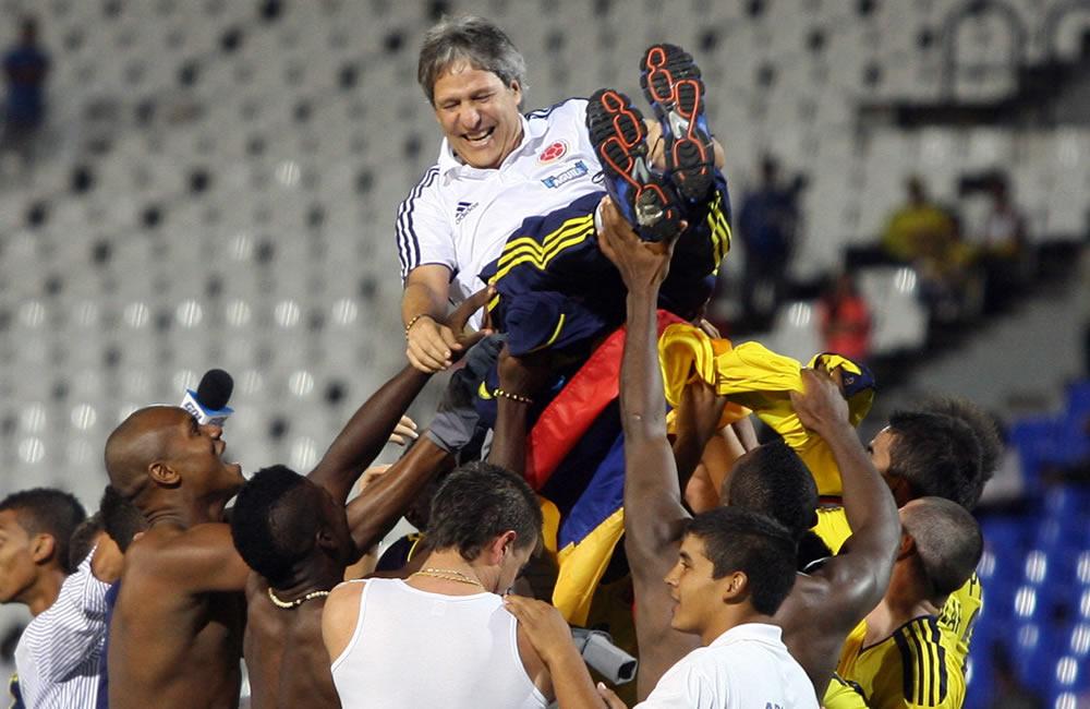 El entrenador de Colombia Carlos Restrepo es levantado en andas por los jugadores. Foto: EFE