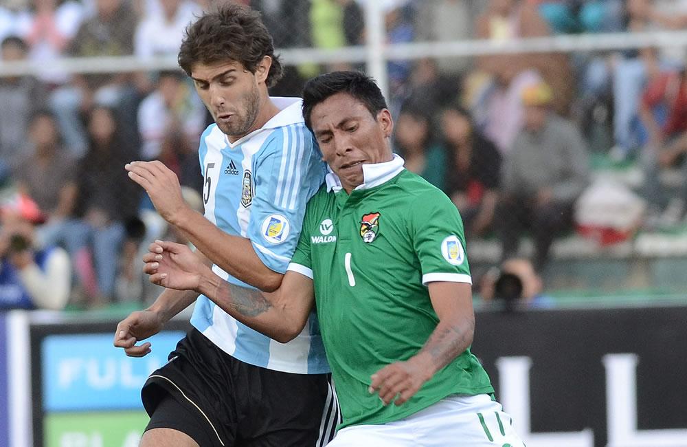 El jugador de Bolivia Jair Torrico (d) ante Gino Peruzzi (i) de Argentina. Foto: EFE