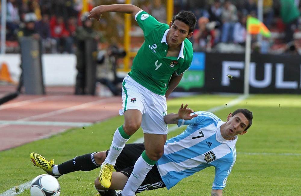 El jugador de Bolivia Diego Bejarano (i) ante Ángel Di María (d) de Argentina. Foto: EFE