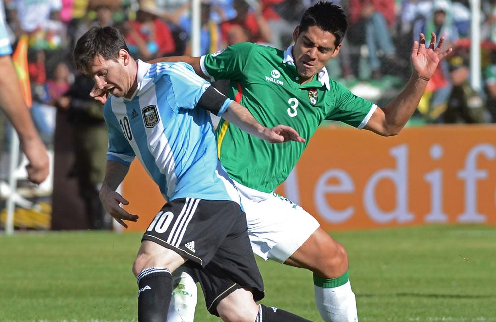 El jugador de Bolivia Luis Gutiérrez (d) ante Lionel Messi (i) de Argentina. Foto: EFE
