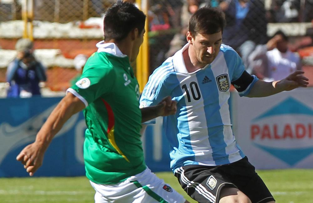 El jugador de Bolivia Luis Gutiérrez (i) ante Lionel Messi (d) de Argentina. Foto: EFE