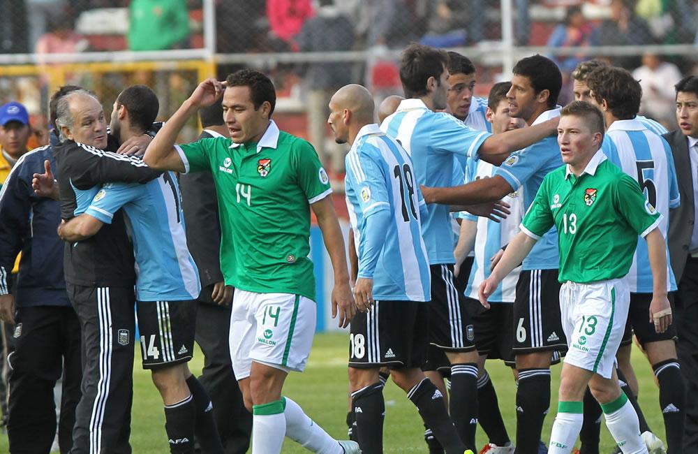 Los jugadores de Bolivia Gualberto Mojica (i) y Alejandro Chumacero (d) salen de la cancha tras el juego ante Argentina. Foto: EFE
