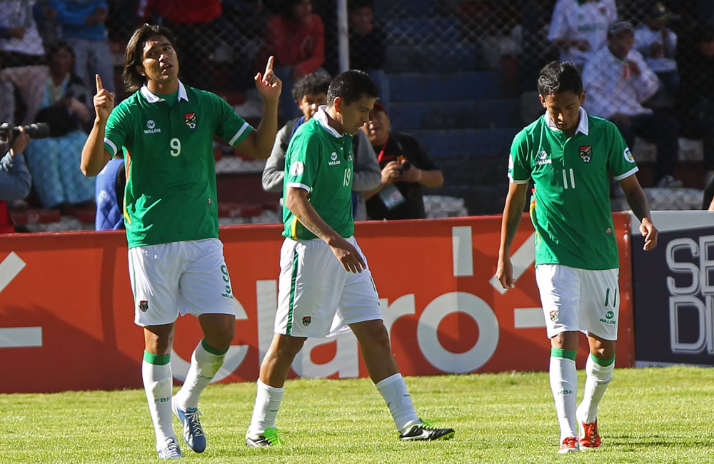 El jugador de Bolivia Marcelo Martins (i) celebra su gol ante Argentina. Foto: EFE
