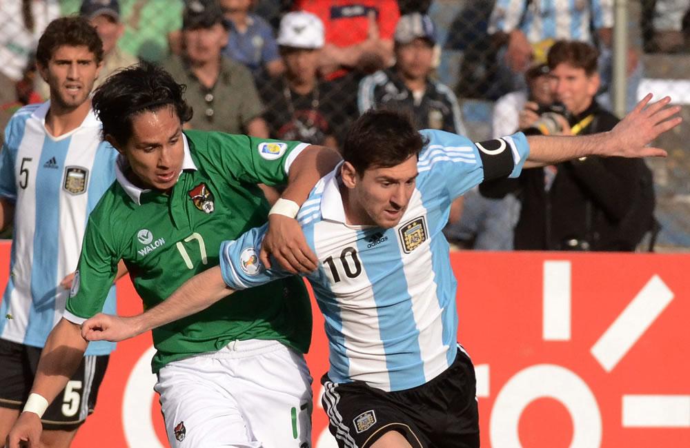 El jugador de Bolivia Marvin Bejarano (i) ante Lionel Messi (d) de Argentina. Foto: EFE