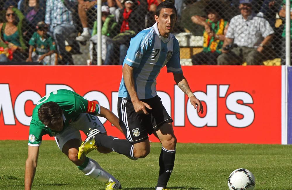 El jugador de Bolivia Ronald Raldes (i) ante Ángel Di María (d) de Argentina. Foto: EFE