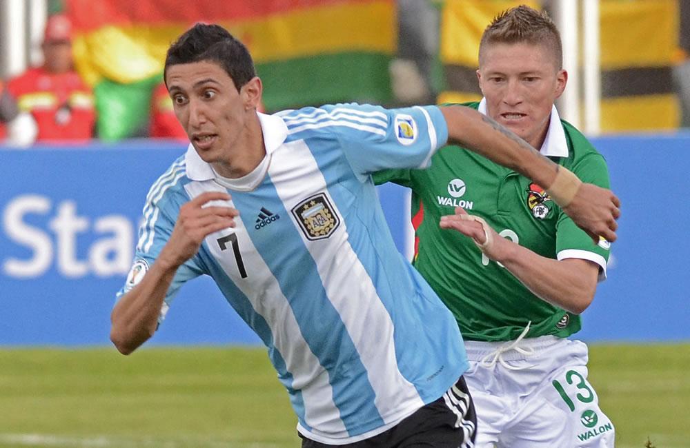 El jugador de Bolivia Alejandro Chumacero (d) ante Ángel Di María (d) de Argentina. Foto: EFE