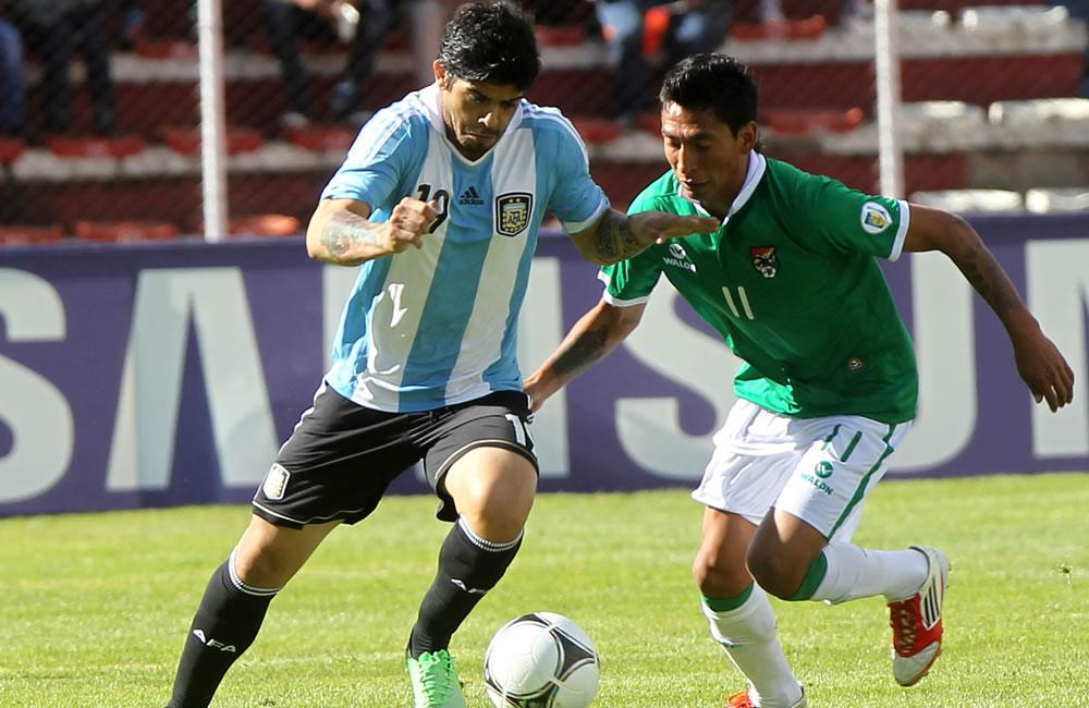 El jugador de Bolivia Jair Torrico (d) ante Ever Banegas (i) de Argentina. Foto: EFE