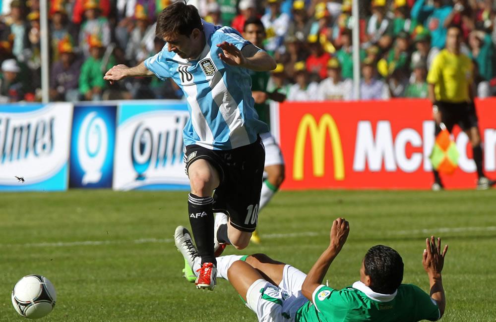 El jugador de Bolivia Edward Zenteno (d) ante Lionel Messi (i) de Argentina. Foto: EFE