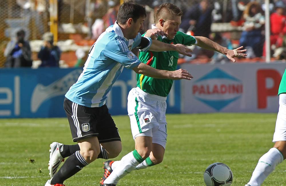 El jugador de Bolivia Alejandro Chumacero (d) ante Lionel Messi (i) de Argentina. Foto: EFE