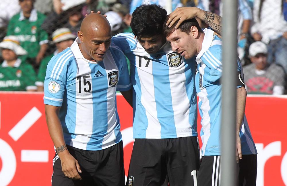 El jugador de Argentina Ever Banegas (c) celebra su gol ante Bolivia con sus compañeros. Foto: EFE