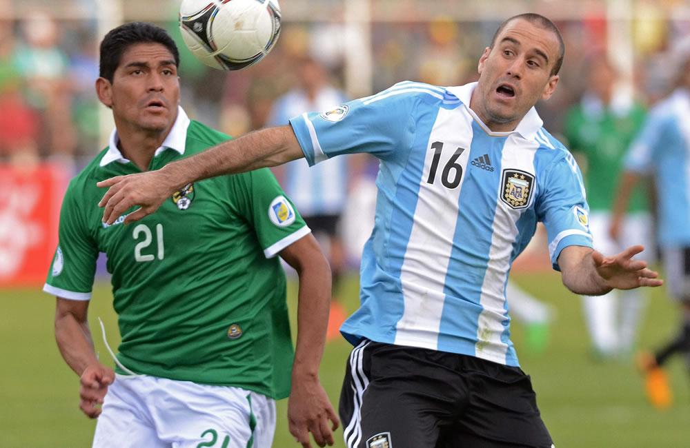 El jugador de Bolivia Edward Zenteno (i) ante Rodrigo Palacio (d) de Argentina. Foto: EFE