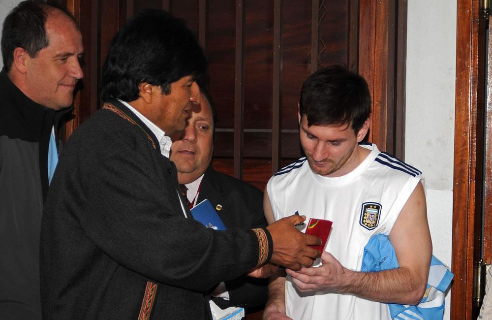 El presidente de Bolivia, Evo Morales, entrega obsequios al astro del Barcelona, el argentino Leo Messi. Foto: EFE