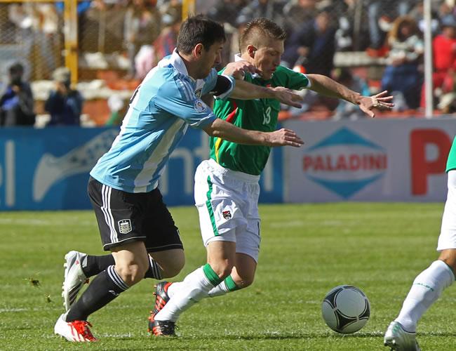 El jugador de Bolivia Alejandro Chumacero (d) ante Lionel Messi (i) de Argentina. EFE