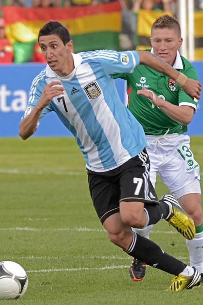 El jugador de Bolivia Alejandro Chumacero (d) ante Ángel Di María (d) de Argentina. EFE