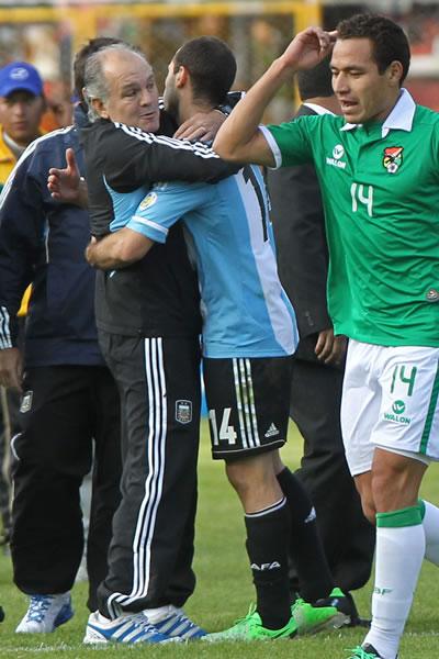 Alejandro Sabella saluda a Javier Mascherano al final del partido en La Paz. EFE