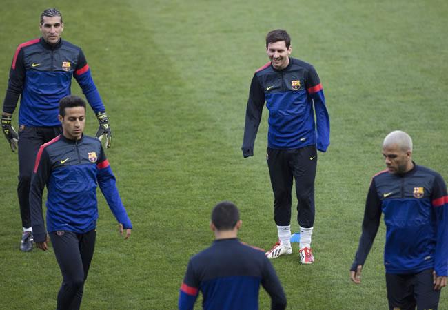 El delantero argentino del FC Barcelona, Lionel Messi (2d), entrena en el estadio Parc des Princes de París. Foto: EFE