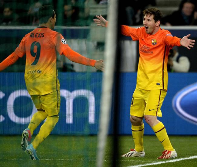 El delantero argentino del FC Barcelona, Lionel Messi (d) celebra con su compañero, el delantero chileno Alexis Sánchez. Foto: EFE