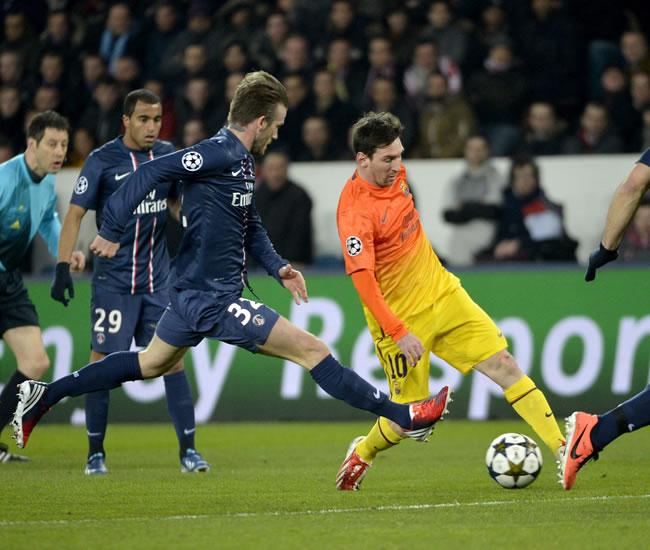 Los jugadores del París Saint-Germain, David Beckham (izda) y Alex, pelean por el control del balón con el delantero argentino del FC Barcelona, Lionel Messi. Foto: EFE