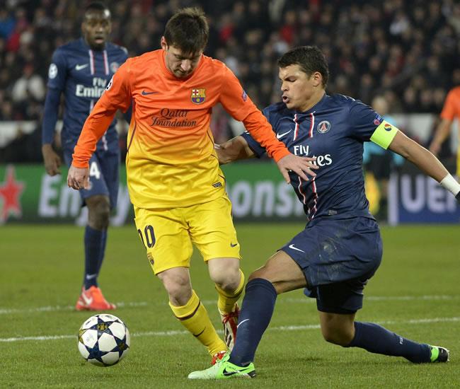 El jugador del París Saint-Germain, Thiago Silva (dcha), pelea por el control del balón con el delantero argentino del FC Barcelona, Lionel Messi. Foto: EFE