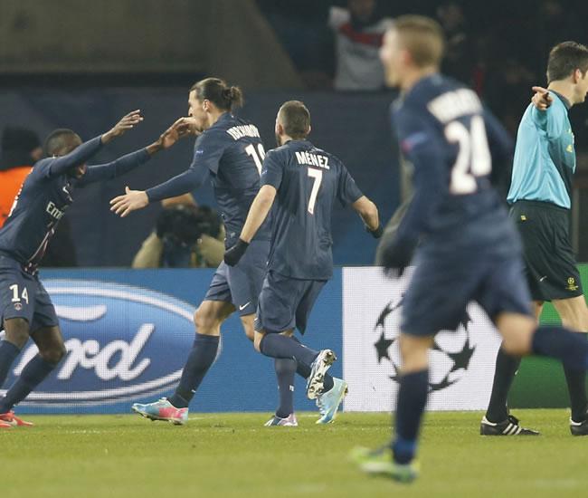 Los jugadores del París Saint-Germain felicitan a Matuidi (i) tras marcar el segundo gol ante el FC Barcelona. Foto: EFE