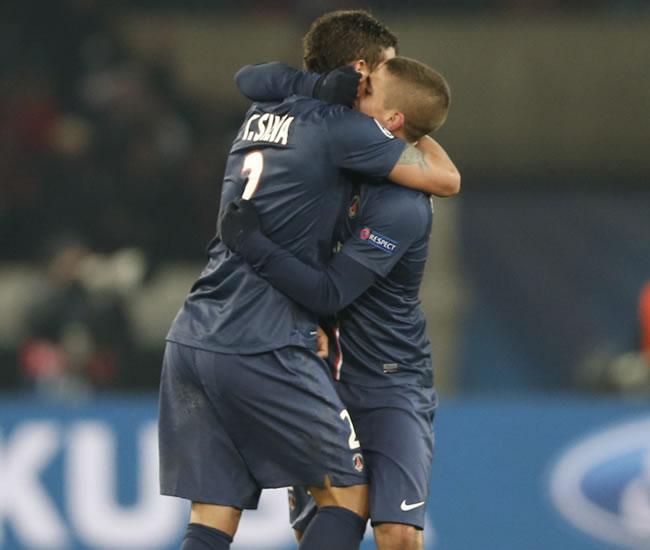 El brasileño del Paris Saint-Germain, Thiago Silva (i), celebra con su compañero el gol del empate a uno frente al FC Barcelona. Foto: EFE