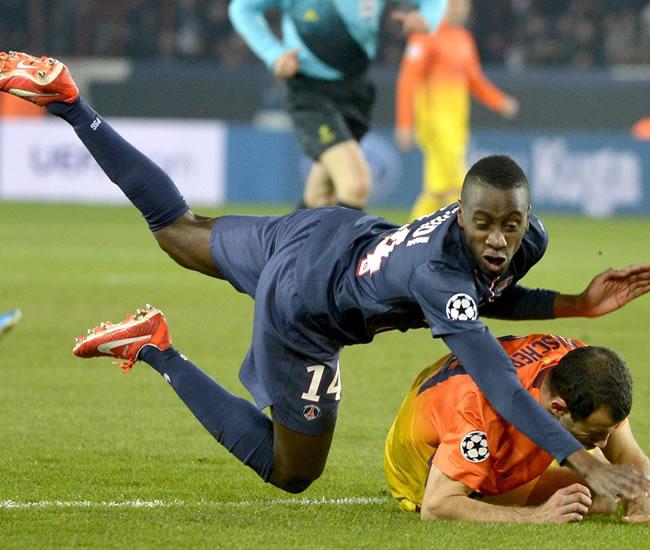 El centrocampista francés del Paris Saint-Germain, Blaise Matuidi (d) cae ante la presencia del defensa argentino Javier Mascherano. Foto: EFE