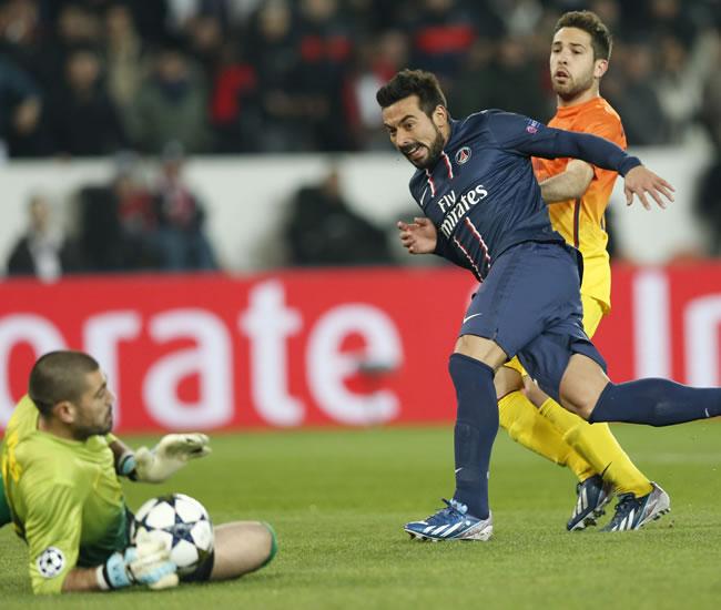 El portero del FC Barcelona, Vítor Valdés (i) detiene el disparo del delantero argentino Ezequiel Lavezzi (c) del PSG. Foto: EFE