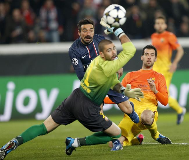 El delantero argentino Ezequiel Lavezzi (i) del Paris Saint-Germain trata de marcar ante el portero Víctor Valdés (c). Foto: EFE