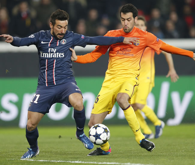 El delantero argentino Ezequiel Lavezzi (i) del Paris Saint-Germain lucha por el balón con el centrocampista Sergio Busquets. Foto: EFE