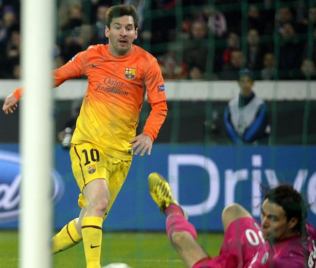 El delantero argentino del FC Barcelona, Lionel Messi, remata para conseguir gol ante el portero del París Saint-Germain. Foto: EFE