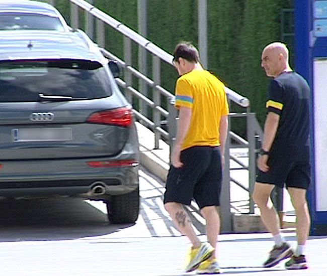 Imagen de televisión del argentino del FC Barcelona Lionel Messi (i), a su entrada hoy a la clínica del club, acompañado del fisioterapeuta del equipo Juanjo Brau. Foto: EFE