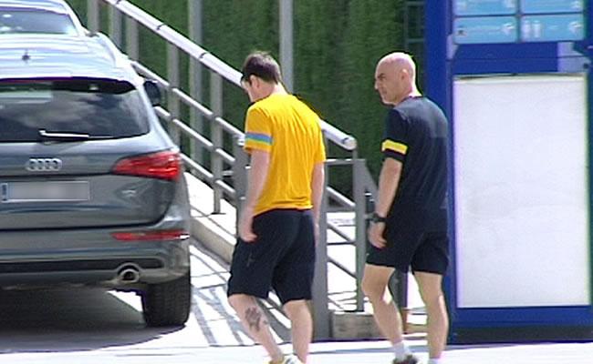 Imagen de televisión del delantero argentino del FC Barcelona Lionel Messi (i), a su entrada a la clínica del club. Foto: EFE