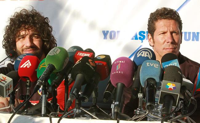 El centrocampista turco del Atlético de Madrid Arda Turan (i) y el entrenador del club, el argentino Diego Simeone, durante la rueda de prensa ofrecida en Bakú. Foto: EFE