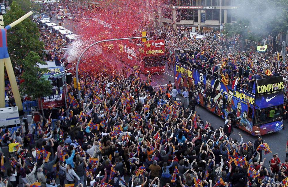 Los jugadores del FC Barcelona en el autobús que les transporta en la celebración. Foto: EFE
