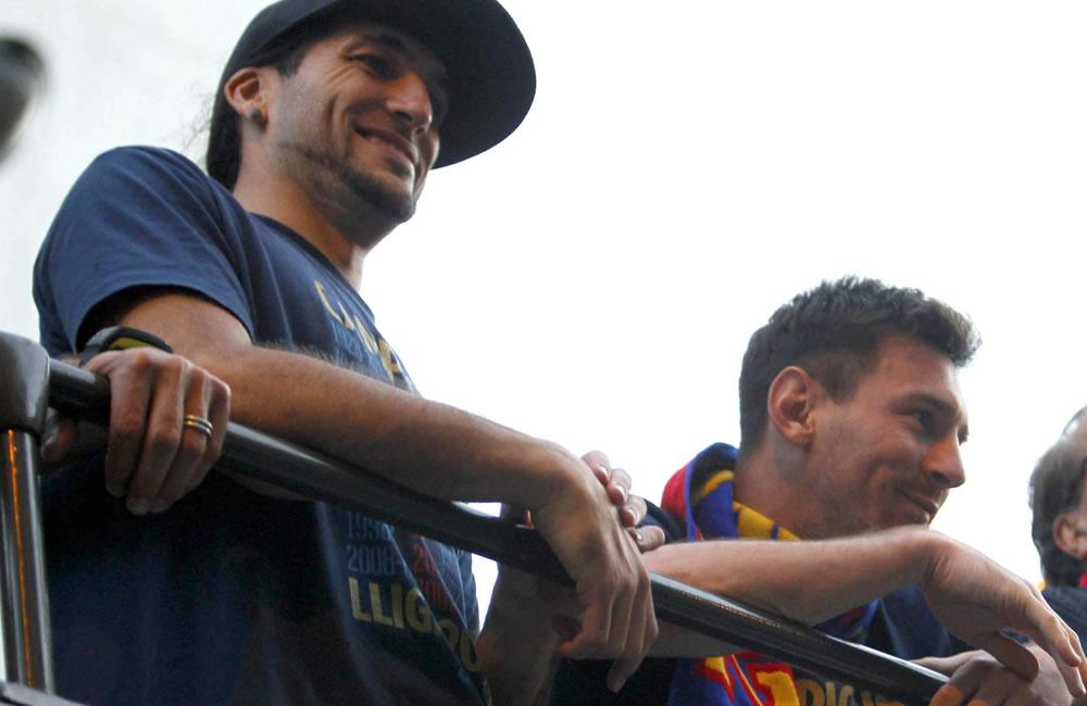 El jugador argentino del FC Barcelona, Leo Messi (d), junto a su compañero Juan Manuel Pinto. Foto: EFE