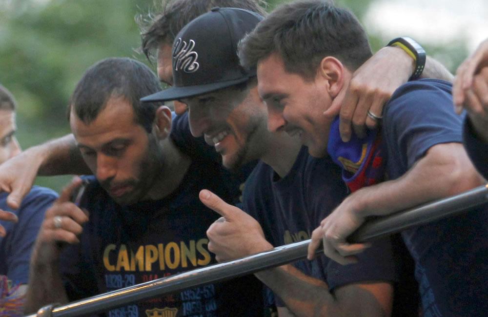El jugador argentino del FC Barcelona, Leo Messi, junto a sus compañeros Juan Manuel Pinto (c) y el también argentino Javier Mascherano. Foto: EFE
