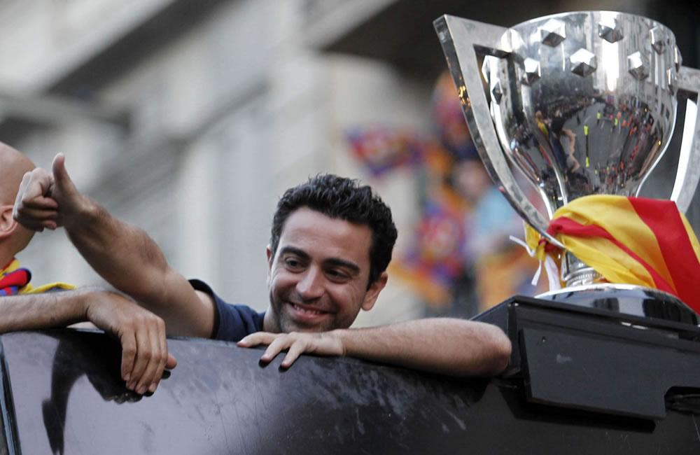 El jugador del FC Barcelona, Xavi Hernández, junto a la copa en el autobús. Foto: EFE