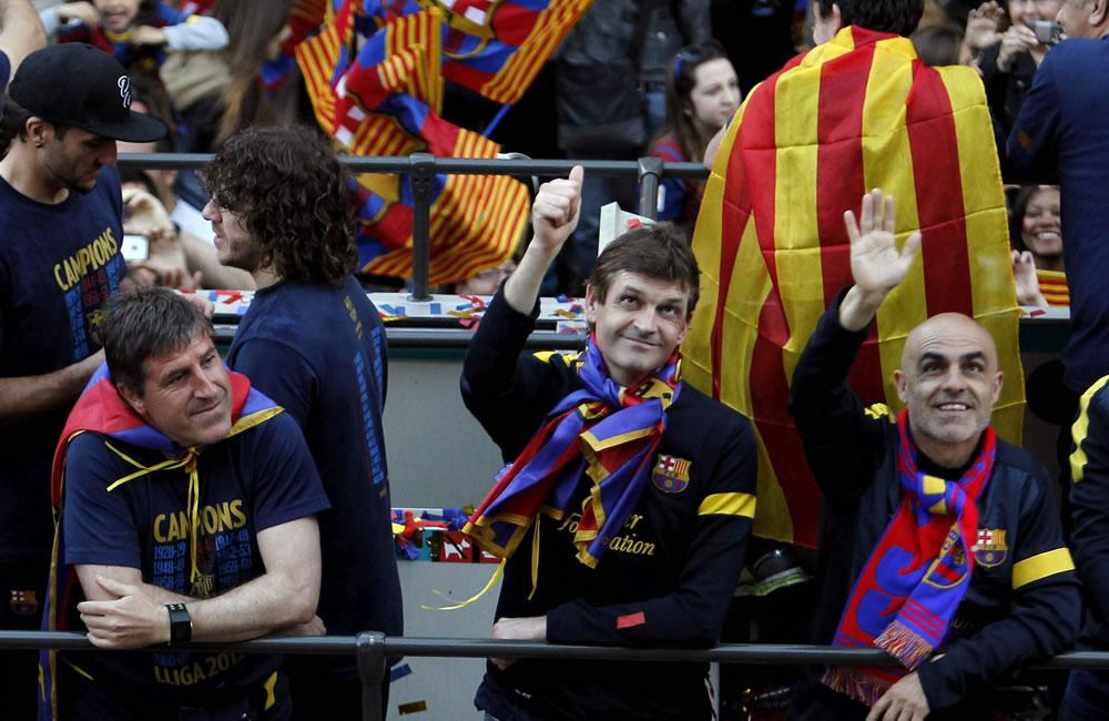 El entrenador del FC Barcelona, Tito Vilanova (c), junto a su ayudante Jordi Roura (i), y el preparador físico Juanjo Brau (d), en el autobús que les transporta. Foto: EFE