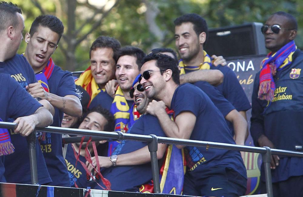 Los jugadores del FC Barcelona, Leonel Messi, David Villa y Xavi Hernández, entre otros, en el autobús que les transporta. Foto: EFE