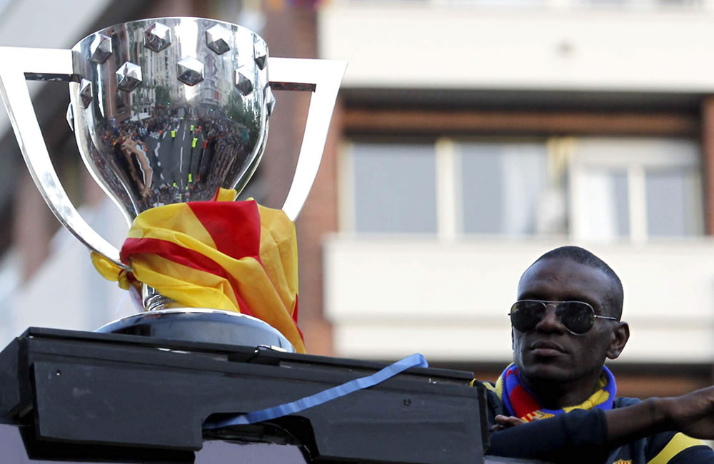 El jugador francés del FC Barcelona, Eric Abidal, junto a la copa en el autobús. Foto: EFE