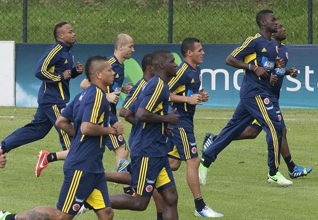 Los jugadores de la selección de fútbol de Colombia participan en un entrenamiento en Bogotá. Foto: EFE