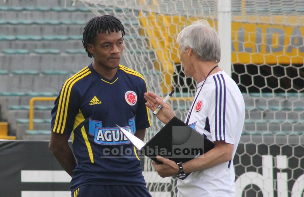 El seleccionador argentino de Colombia, José Pekerman, da indicaciones a Juan Guillermo Cuadrado. Foto: Interlatin