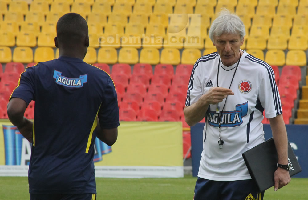 El seleccionador argentino de Colombia, José Pekerman, da indicaciones a Carlos Darwin Quintero. Foto: Interlatin