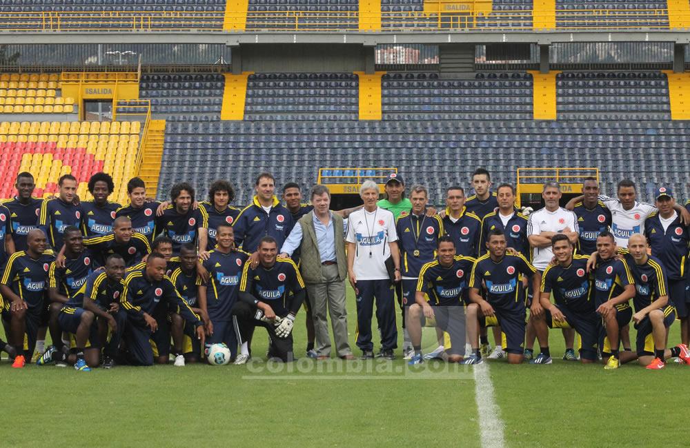 Los jugadores de Colombia posan con el presidente Juan Manuel Santos en El Campín. Foto: Interlatin
