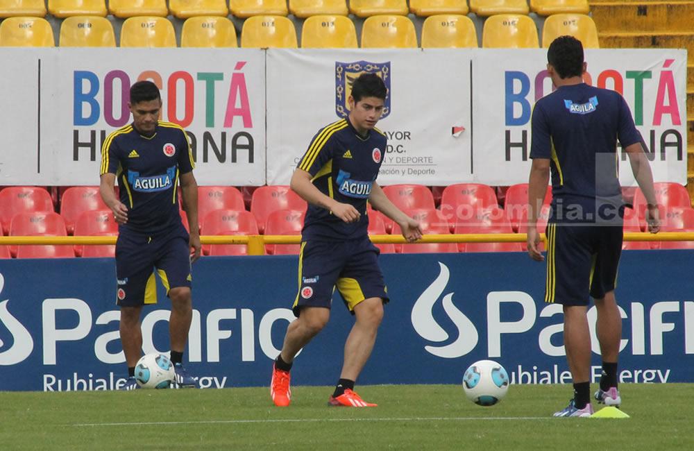 James Rodríguez toca el balón en el entrenamiento de Colombia. Foto: Interlatin