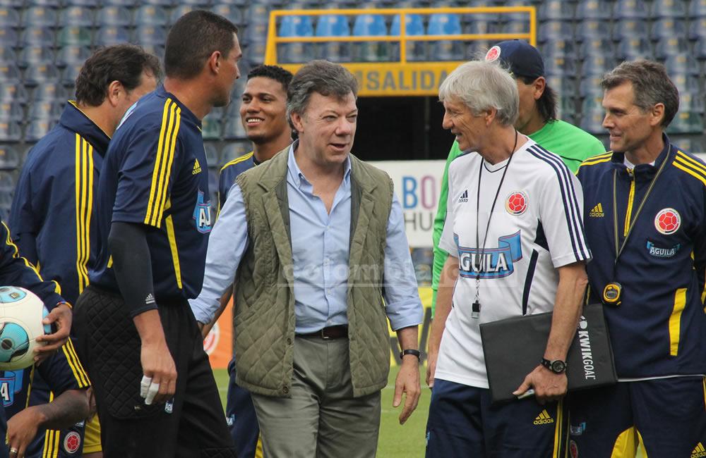 El presidente de Colombia, Juan Manuel Santos, dialoga con el seleccionador argentino José Pekerman. Foto: Interlatin