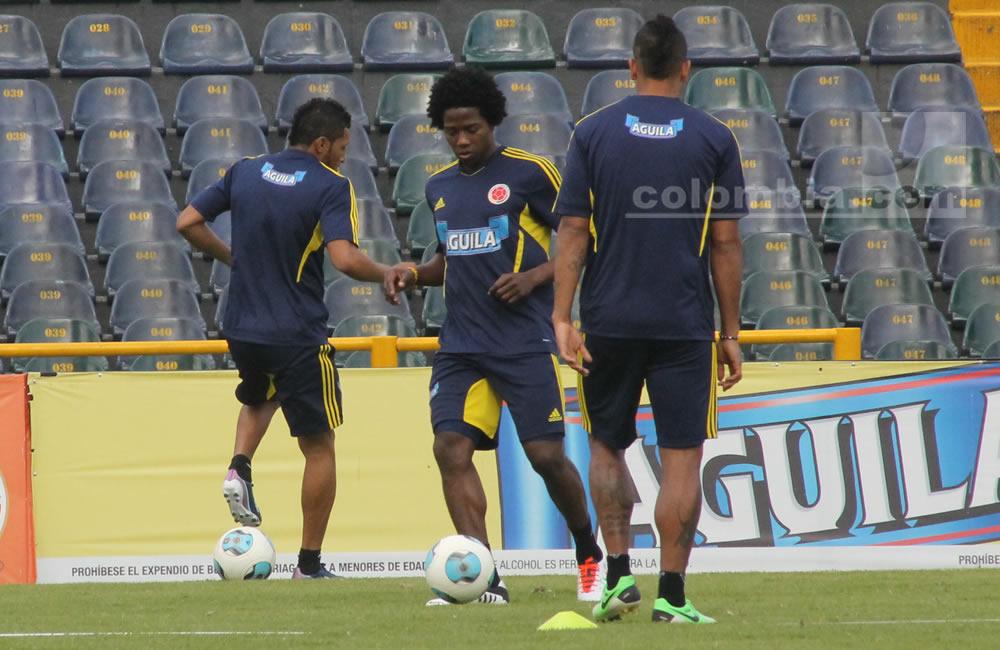 Carlos Sánchez toca el balón en el entrenamiento de Colombia. Foto: Interlatin